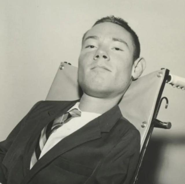 """美国男子躺""""铁桶""""67年,只能露出头部,靠着惊人毅力自学成为律师"""
