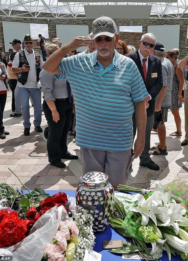 美国退伍老兵离婚后独自生活,家人不知道其去世,葬礼来了2000人