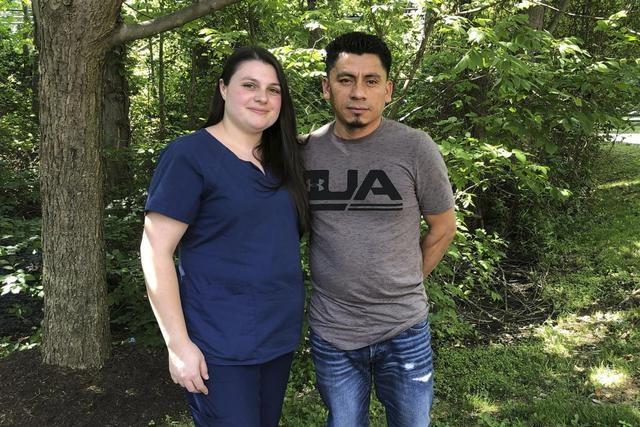 """美国这样诱捕和驱逐无证移民:骗他们和配偶来做一次""""婚姻面试"""""""
