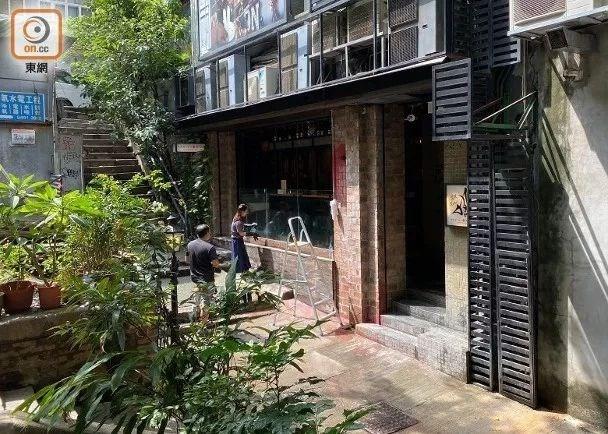 """位于歌赋街29至31号的日本料理店被泼漆。图源:香港""""东网"""""""