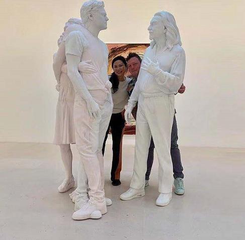 """梅开二度?邓文迪与一男子站雕塑旁合影,""""夫妻式""""站姿引争议"""
