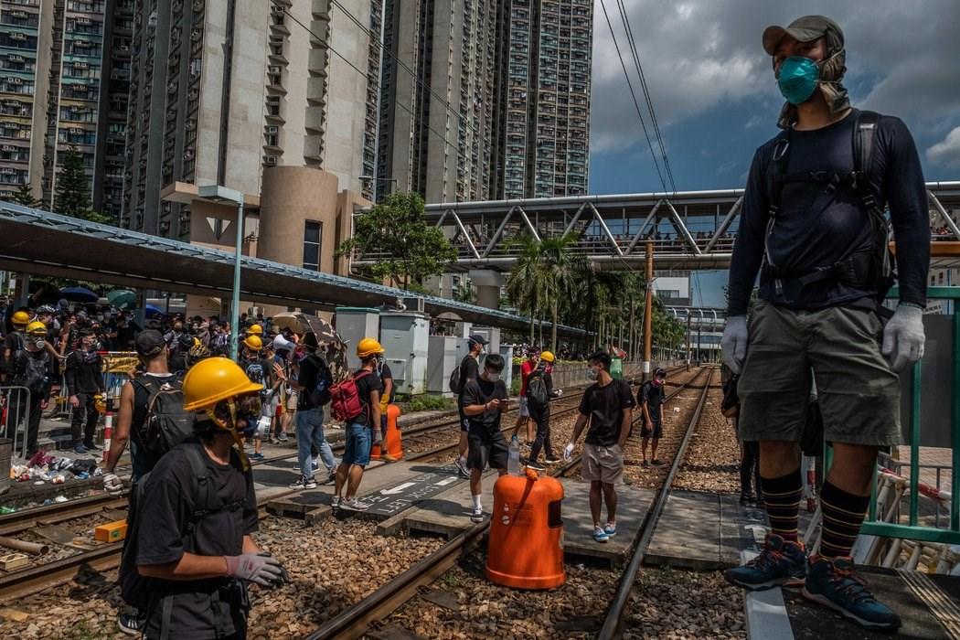 8月,香港天水围警署外的抗议者。