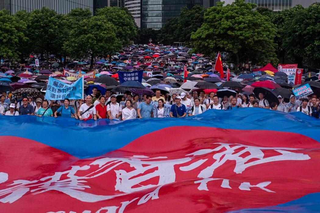 7月,在添马公园举行的支持政府和警察的集会。
