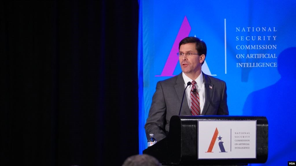 美国国防部部长埃斯珀(Esper)在人工智能AI大会上发言(美国之音黎堡拍摄)