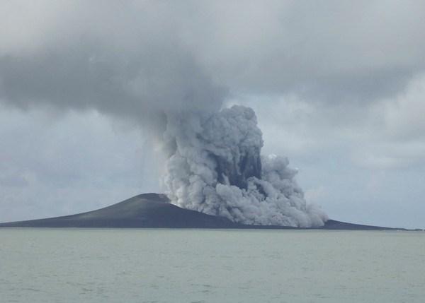 ▲▼東加2014年底海底火山爆發後,2015年初形成一座全新島嶼。(圖/達志影像/美聯社)
