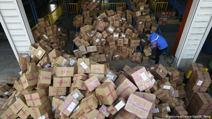 China Singles Day Online Shopping Festival Logistik (picture-alliance/dpa/W. Peng)