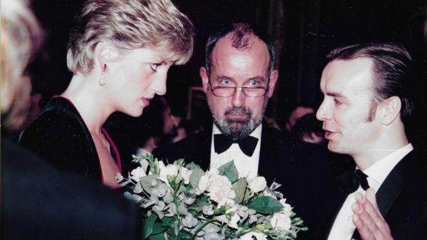 已故戴安娜王妃1980年代后期曾为专注于HIV和AIDS的非政府组织提供支持。图为她和非政府组织苏格兰艾滋监察(SAM)的联合创办人,御用大律师德雷克·OGG(右一)
