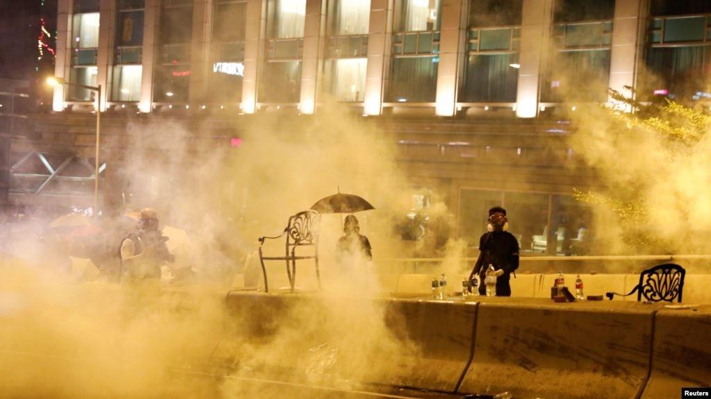 反政府抗议者11月18日在香港理工大学外身处警方催泪弹的浓雾中。