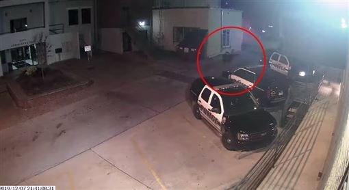 菲利普斯持槍朝警車內連開16槍,導致車內員警卡爾當場死亡。(圖/翻攝自臉書社團-Washington County Sheriff's Office)
