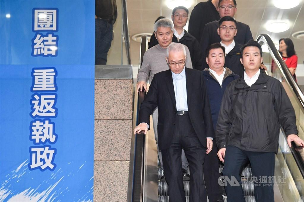 國民黨15日下午召開中常會,通過黨主席吳敦義(前左)請辭一案,會後吳敦義走下手扶梯低頭快速離去。中央社記者林俊耀攝 109年1月15日
