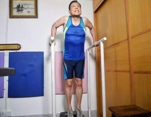 钟南山院士进行肌肉训练。(图源:金羊网)