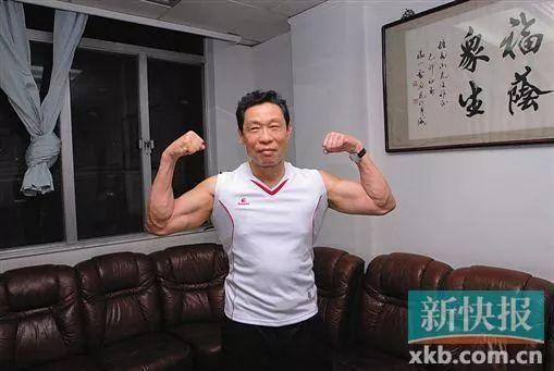 2009年,73岁的钟南山在家锻炼后展示肌肉。(图源:金羊网-新快报)