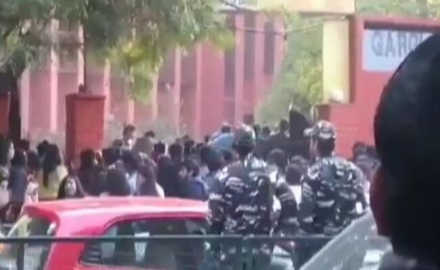 印度女子学校被千余暴徒攻破,女生被集体性侵,警察不敢管只围观