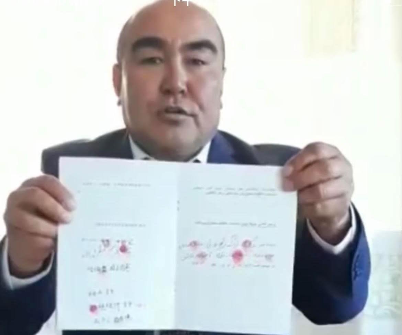 哈萨克人阿迪里别克说,他在新疆的父母亲全家草场补贴去年被停放。(视频截图/记者乔龙)