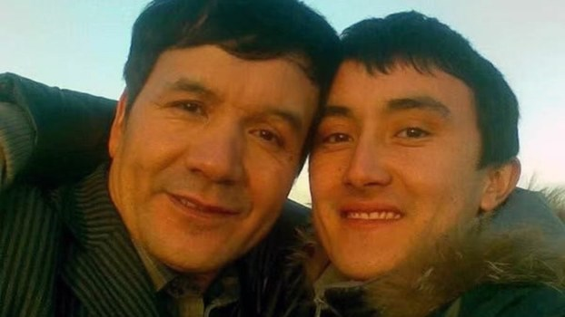 新疆媒体人迪力夏提和他的儿子。(家属提供/记者乔龙)