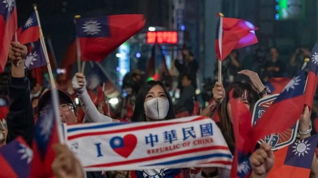 """国际社会民意调查机构皮尤中心最新一项社调结果显示,在30岁以下的年轻人当中,不认同自己是""""中国人""""身份的受访者更高达83%。(美联社资料图片)"""