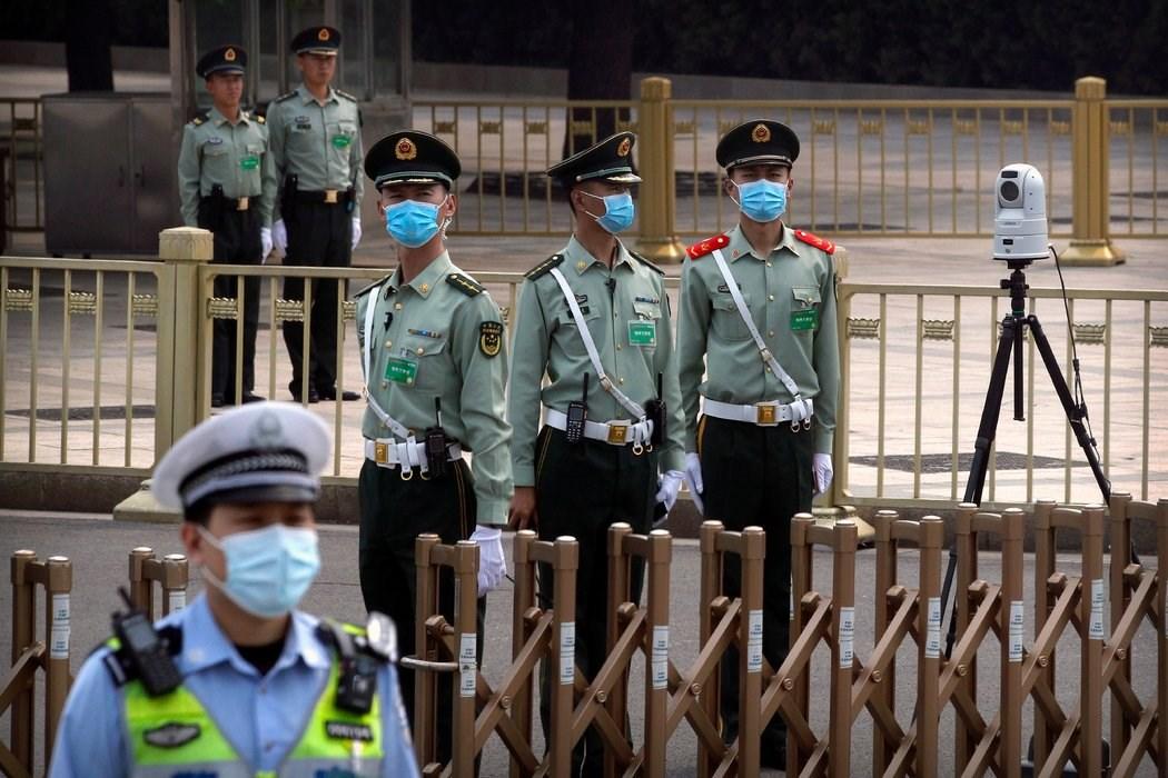 周四,北京天安门广场的安保人员。