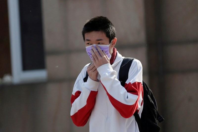 中國新增16境外移入病例,陝西省安康市有2所小學22日共53人出現「不明原因發燒、咳嗽」,昨日官方表示均為「鼻病毒感染」。(路透社資料照)
