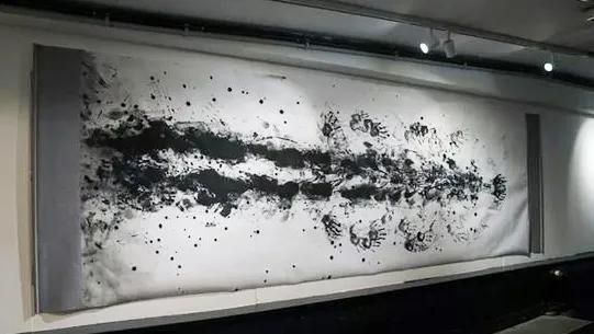 95后美女画家用人体表演爬书,震撼老外!网友:什么鬼?