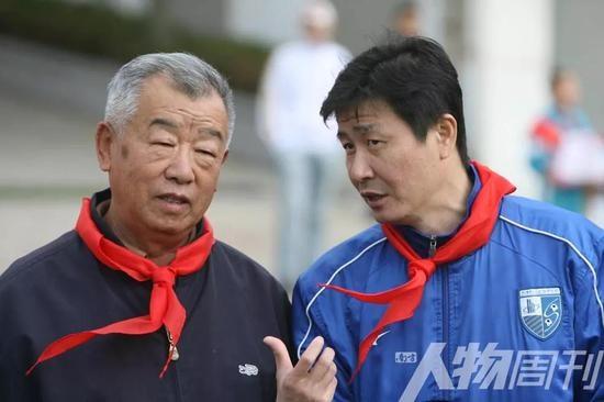 2012年11月2日,山东青岛,郝海东和刘国江走进青岛校园,推广青少年足球运动