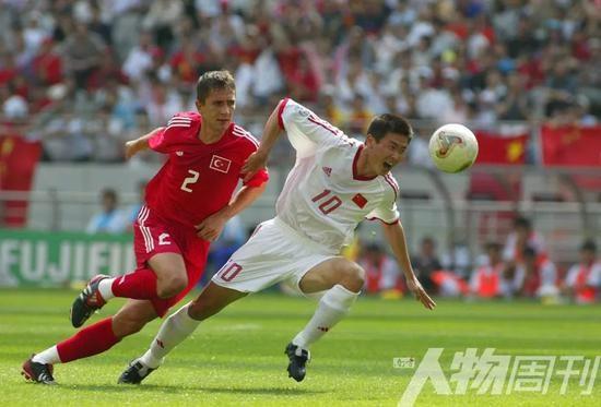 2002年6月13日,韩日世界杯小组赛中国队与土耳其的比赛中,郝海东带球突破