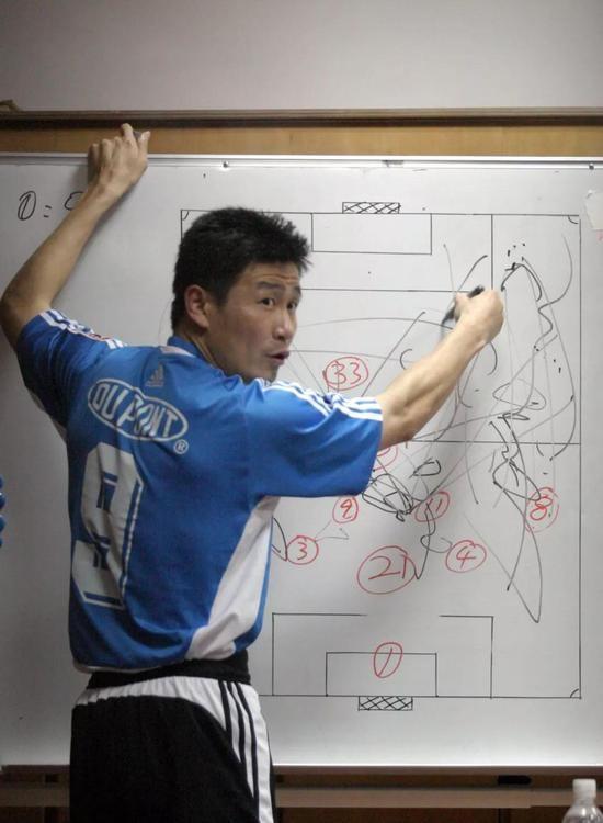2004年5月26日,中超联赛大连实德队主场2-0战胜重庆力帆,郝海东在中场布置作战  图 / 视觉中国