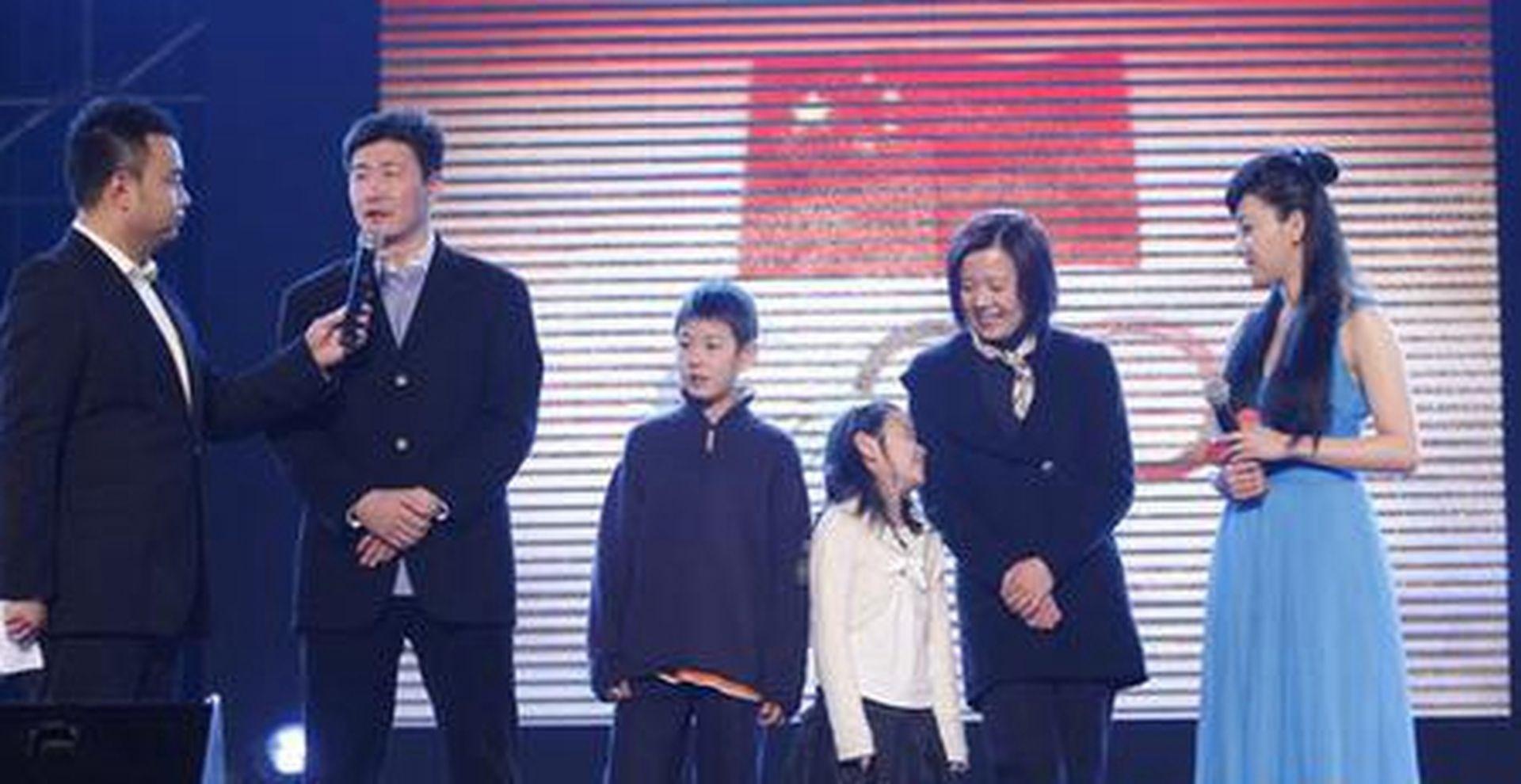 郝海东与前妻陈怡(右二)早期参加节目。(网络视频截图)