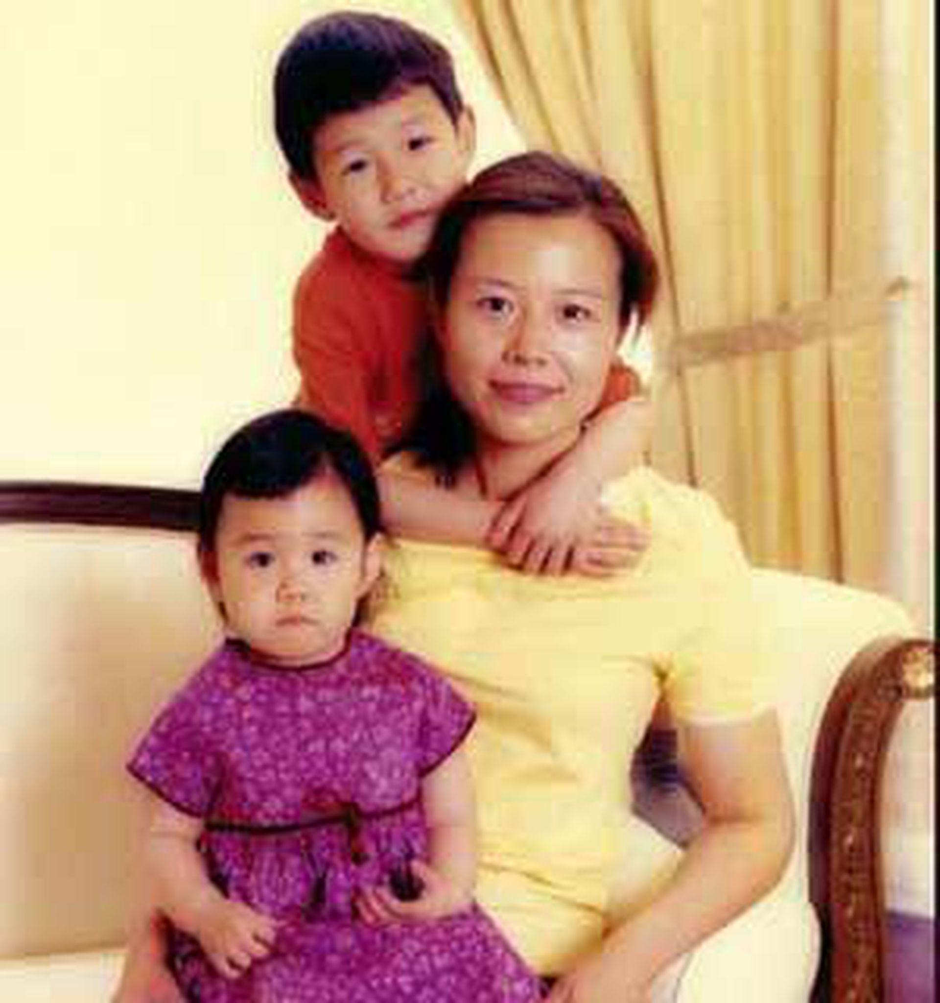 陈怡与其子女。(微博@郝海东)