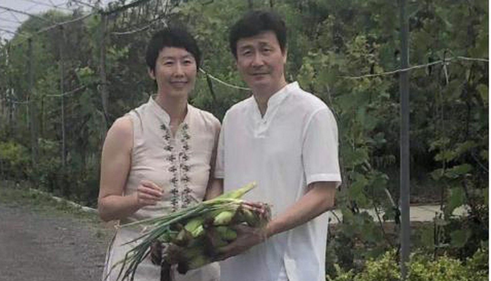 郝海东与现任妻子叶钊颖在农场展示蔬菜。(微信@福润泽郝海东专属农场)