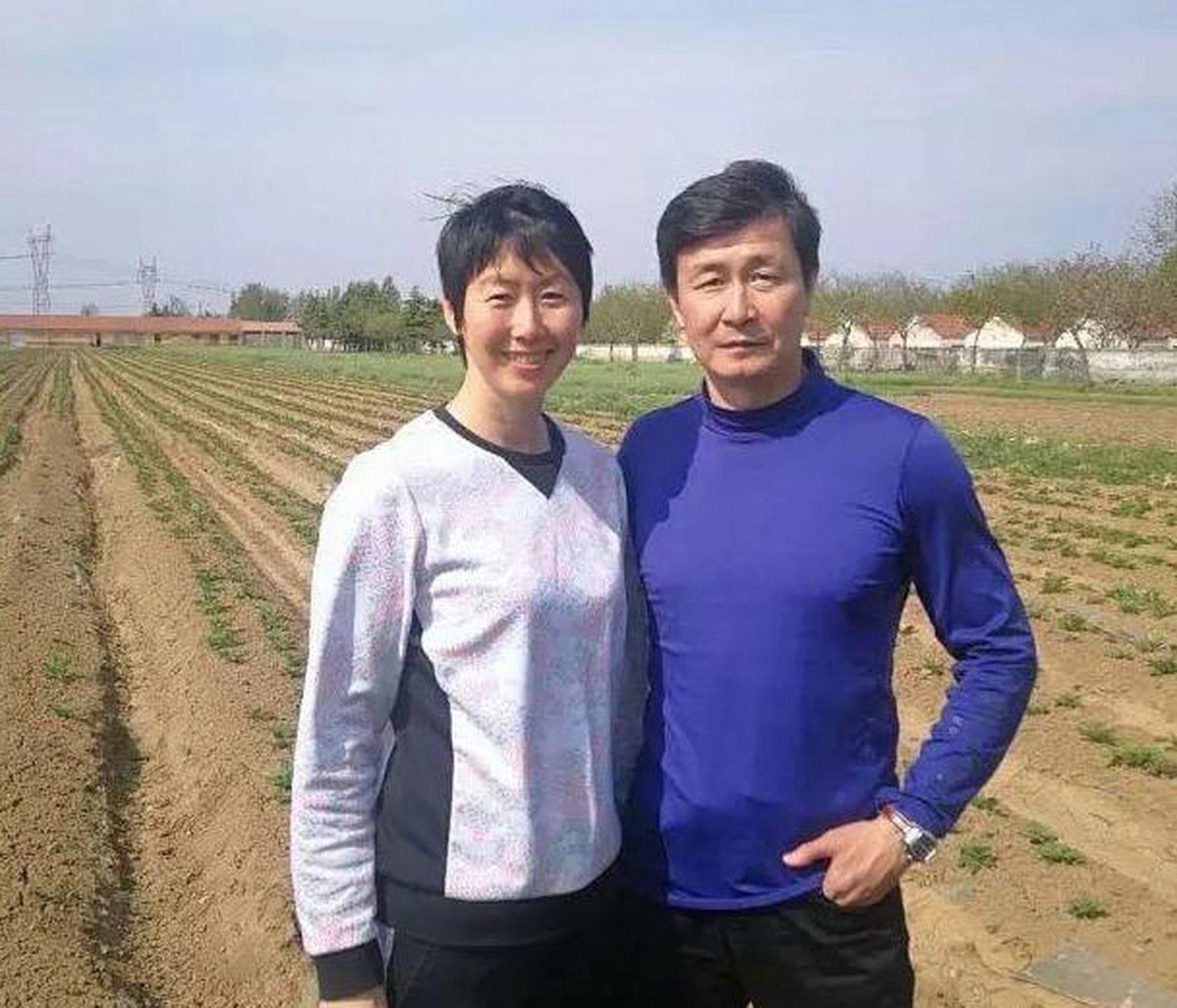 郝海东与叶钊颖在农场合影。(微信@福润泽郝海东专属农场)