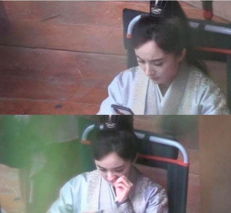 网路上疯传杨幂在片场休息时,忘情滑手机还边抠鼻孔,被网友笑说「女神崩坏」、「偶像包袱呢」。(图/ 摘自兔兔吃瓜bot微博)