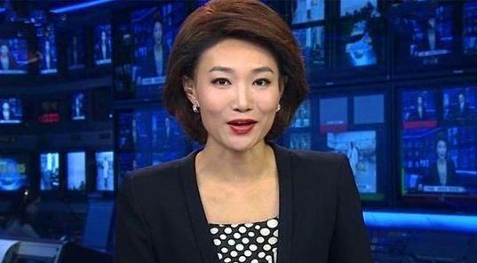 央视主持张宏民近况曝光!独坐街头吃雪糕尽显凄凉,年近60仍未婚