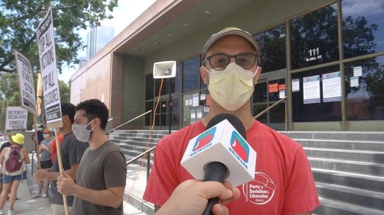 周六下午有一群自稱社會主義者的年輕人在市中心抗議,要求取消租金及房貸。