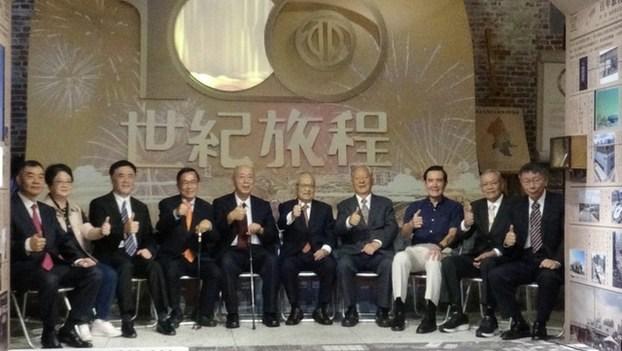 台北市设市一百年,七位前后任市长和三位议长齐聚。马英九、陈水扁罕见同台。(记者夏小华摄)